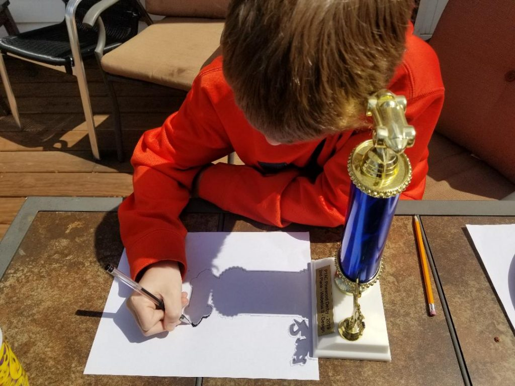Cool outdoor kids activity Shadow Art Drawing. Kids can trace the silhouettes of their favorite toys or trophy they are proud of receiving. Great way to entertain the kids when your stuck at home.  #kidsactivities #activityforkids #shadowartforkids