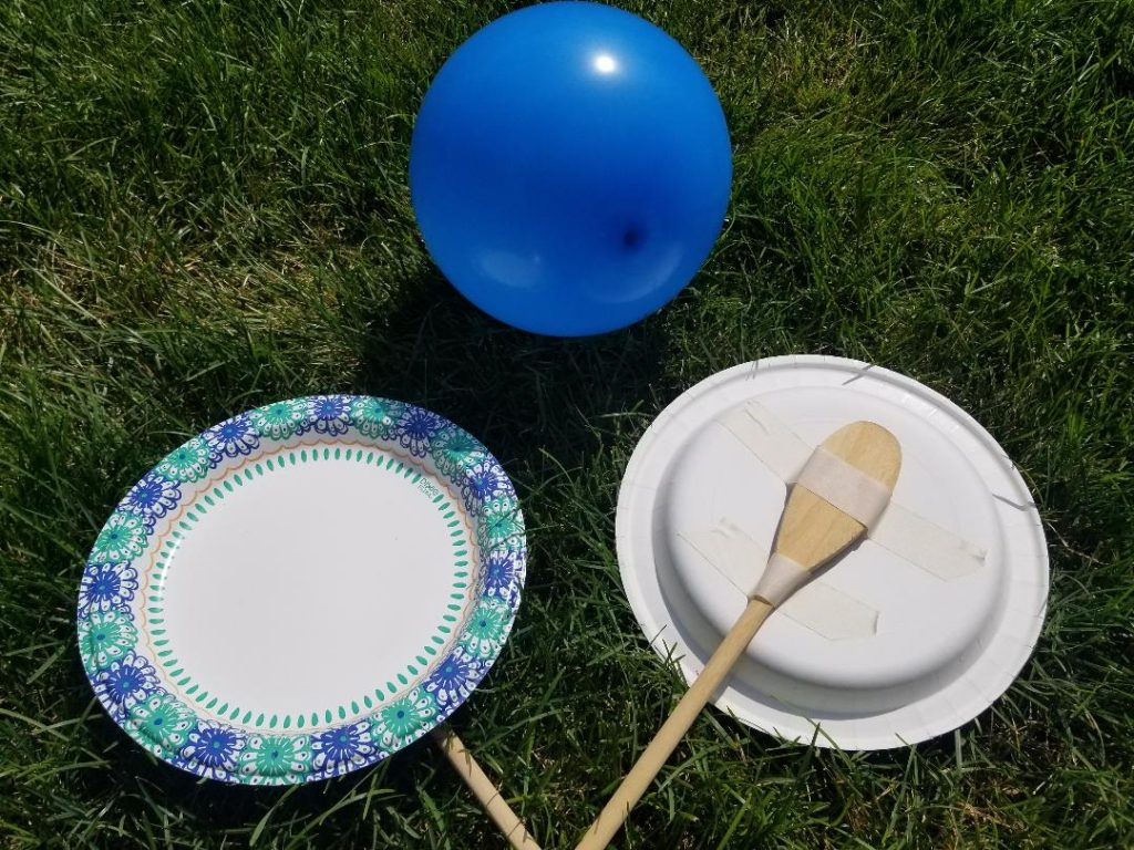 DIY Balloon Tennis for Kids. Fun indoor and outdoor game with plates, wooden spoons and balloons. #balloontennis #balloongames #outdoorgames #indoorgames