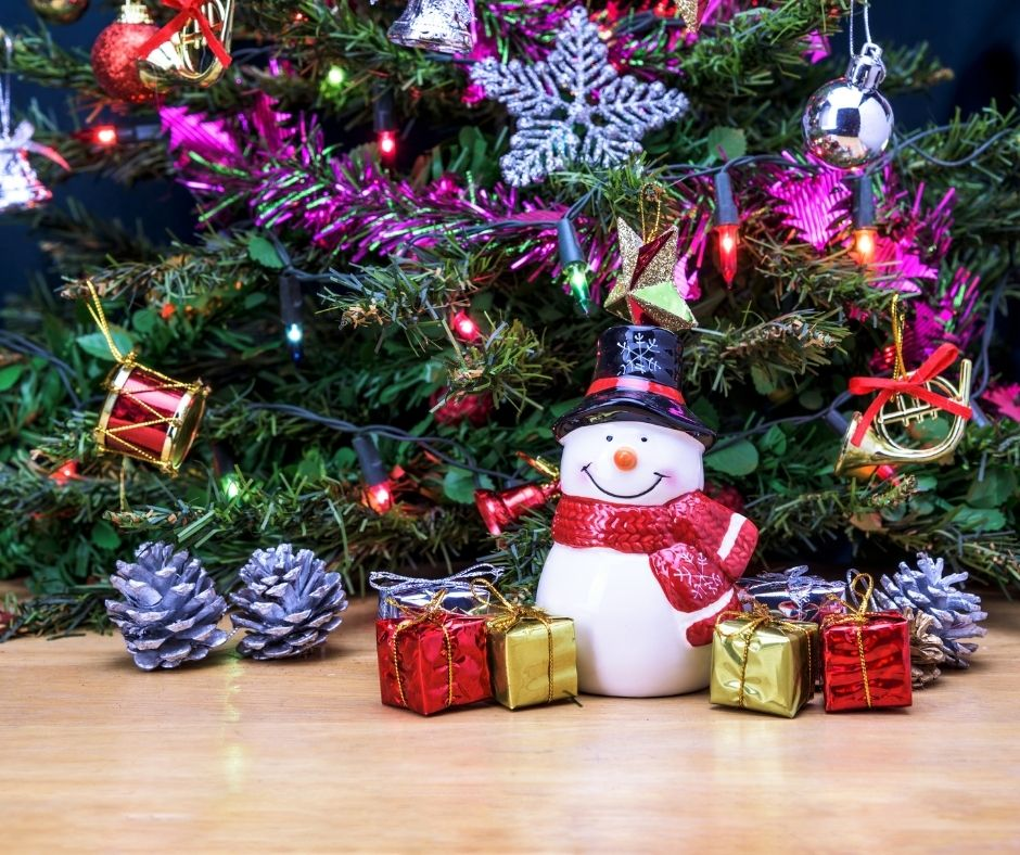 Decorating your house for Christmas with cheap Dollar Store Decorations and holiday card displays. #christmas #christmasdecorations #homedecorations